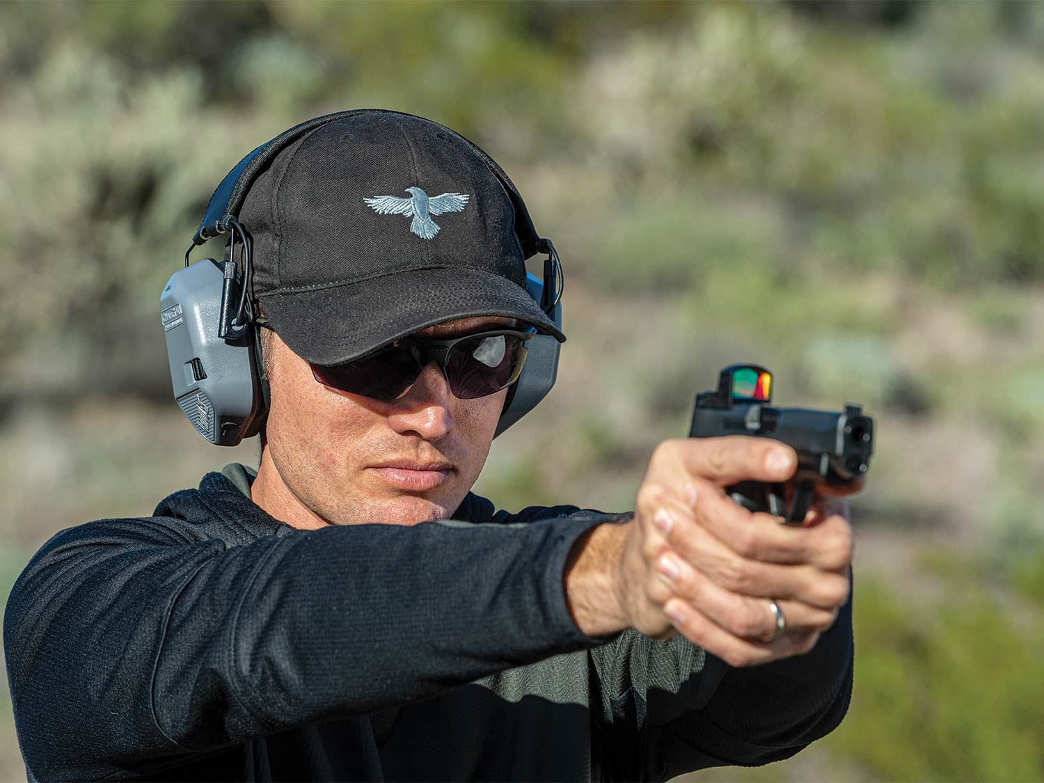 A shooter in Arizona prepares to ring steel with an RDS-equipped pistol.