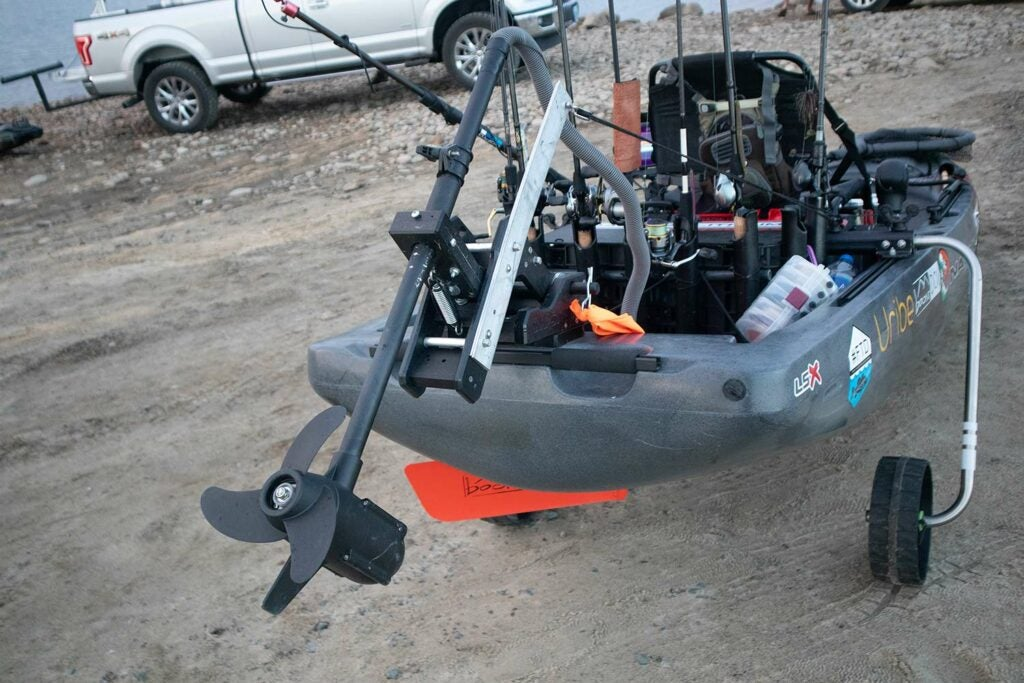 A trolling motor attached to a kayak.