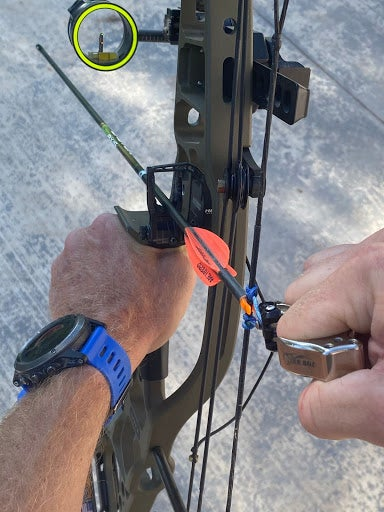 How to draw a compound bow with a D-loop