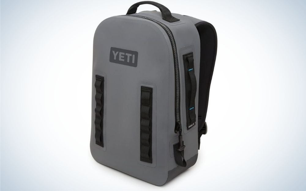 A backpack with two straps pertu held on the shoulders and in a rectangular gray color all dark.