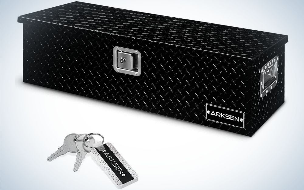 A large metal box all black and rectangular in shape, as well as two silver keys and a small plate attached to them.